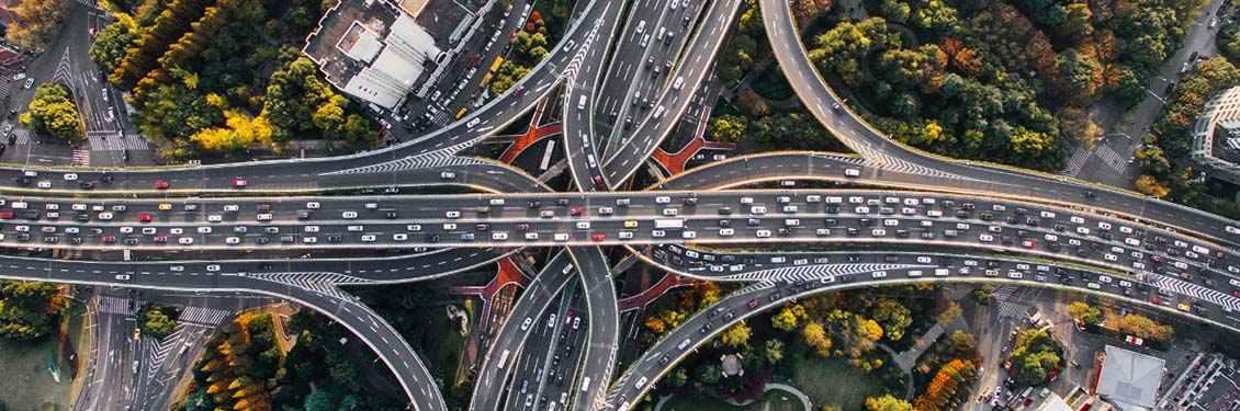 Bild von mehreren Autobahnbrücken
