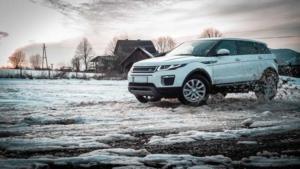 Auto fährt auf schneebedeckter Fahrbahn