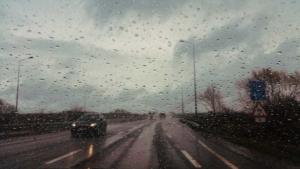 Pkw und Lkw auf regennasser Bundesstraße