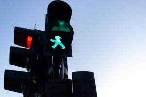 Bild von einer grünen Fußgängerampel und einer roten Kfz-Ampel