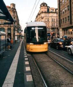 Straßenbahn auf Gleisen an einer Haltestelle