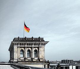 Bild von Gebäude und deutscher Flagge