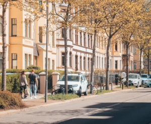 Auf dem Bild ist eine Straße mit parkenden Autos zu sehen. Das Bild soll zeigen, wie Autos in einer Sackgasse parken.