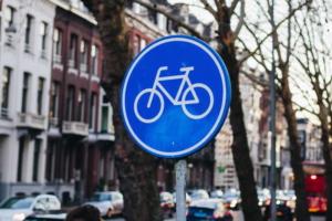 Rundes, blaues Verkehrsschild mit weißem Fahrradsymbol