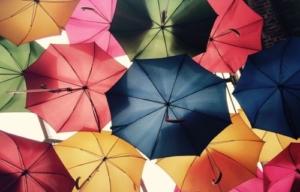 Bunte Regenschirme als symbolischer Versicherungsschutz