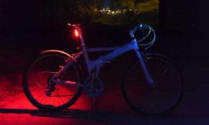 Fahrrad mit eingeschaltetem Rücklicht