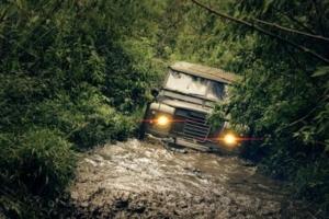 Geländewagen fährt durch Wasser