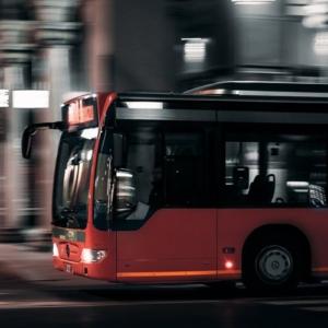 Seitenansicht eines fahrenden Busses