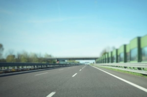 Bilder einer dreispurigen Autobahn