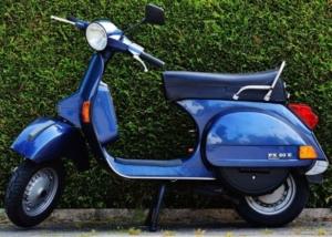 blauer Motorroller