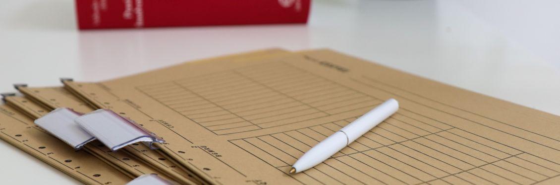 Akten und ein Stift