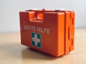 orangefarbener Erste-Hilfe-Kasten