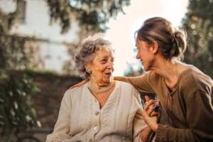 Bild von fröhlichen jungen und alten Frauen
