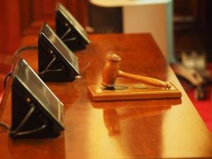 Bild von Richterhammer und Tablets