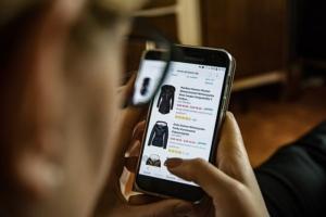 Bild von Frau mit Handy - Shopping