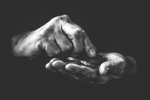 Bild von Händen mit Münzen