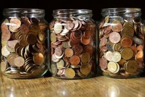 Bild von Münzen in Gläsern