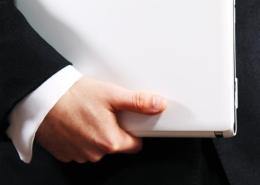 Bild von Mann mit Laptop unter dem Arm