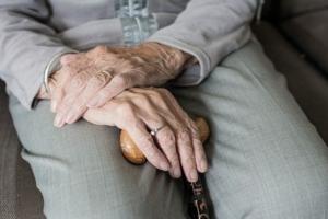 Bild von alten Händen mit Stock