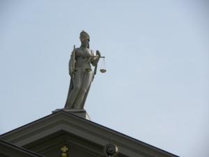 Bild von Justitia auf einem Gebäude