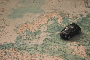 Bild von Miniaturauto auf Weltkarte