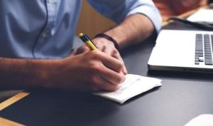 Bild von Mann an Schreibtisch