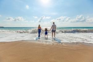 Bild von Eltern mit Kind am Strand