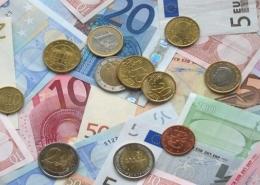 Bild von Scheinen und Münzen