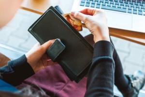 Bild von Kreditkarte und Portmonee
