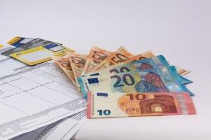 Bild von Bargeld und Rechnungen