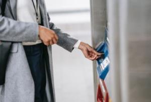 Frau vor einem Geldautomaten